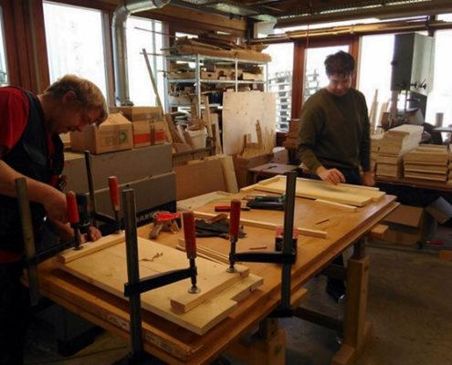 In einer Werkstatt für behinderte Menschen werden die Nistkästen für den Habichtskauz gebaut